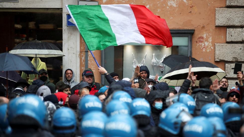 Thousands lay siege to Italian Prime Minister's Bunker