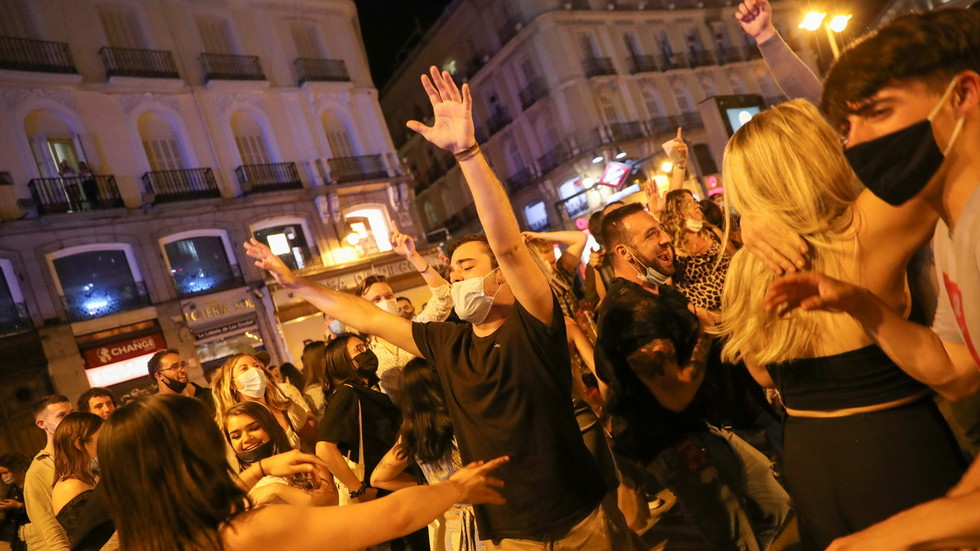 Kissing in the Streets as Spain Relaxes Repression
