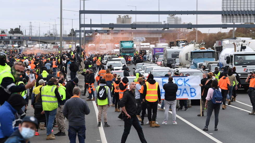 Overwhelmed by furious anti-government protestors Police agents run for their lives